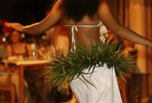 danse-tahitienne-soiree-d-entreprise-voyage-dans-les-iles-500×339